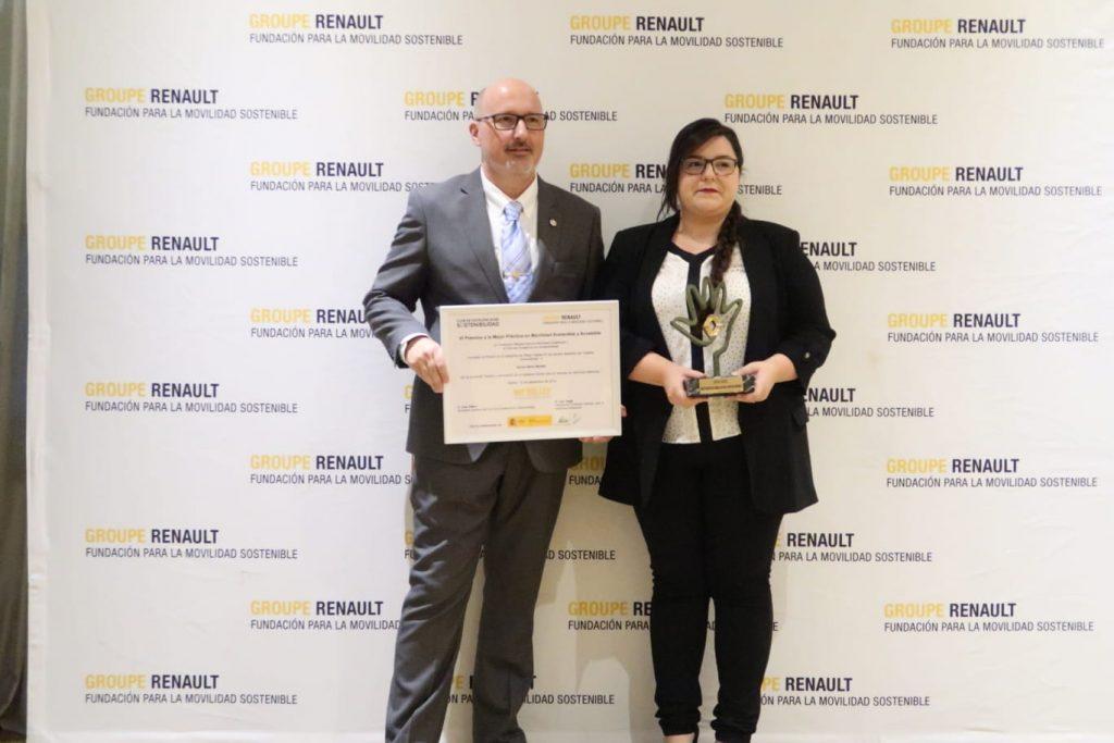 Sonia Sainz recibe el premio Renault a la movilidad sostenible.